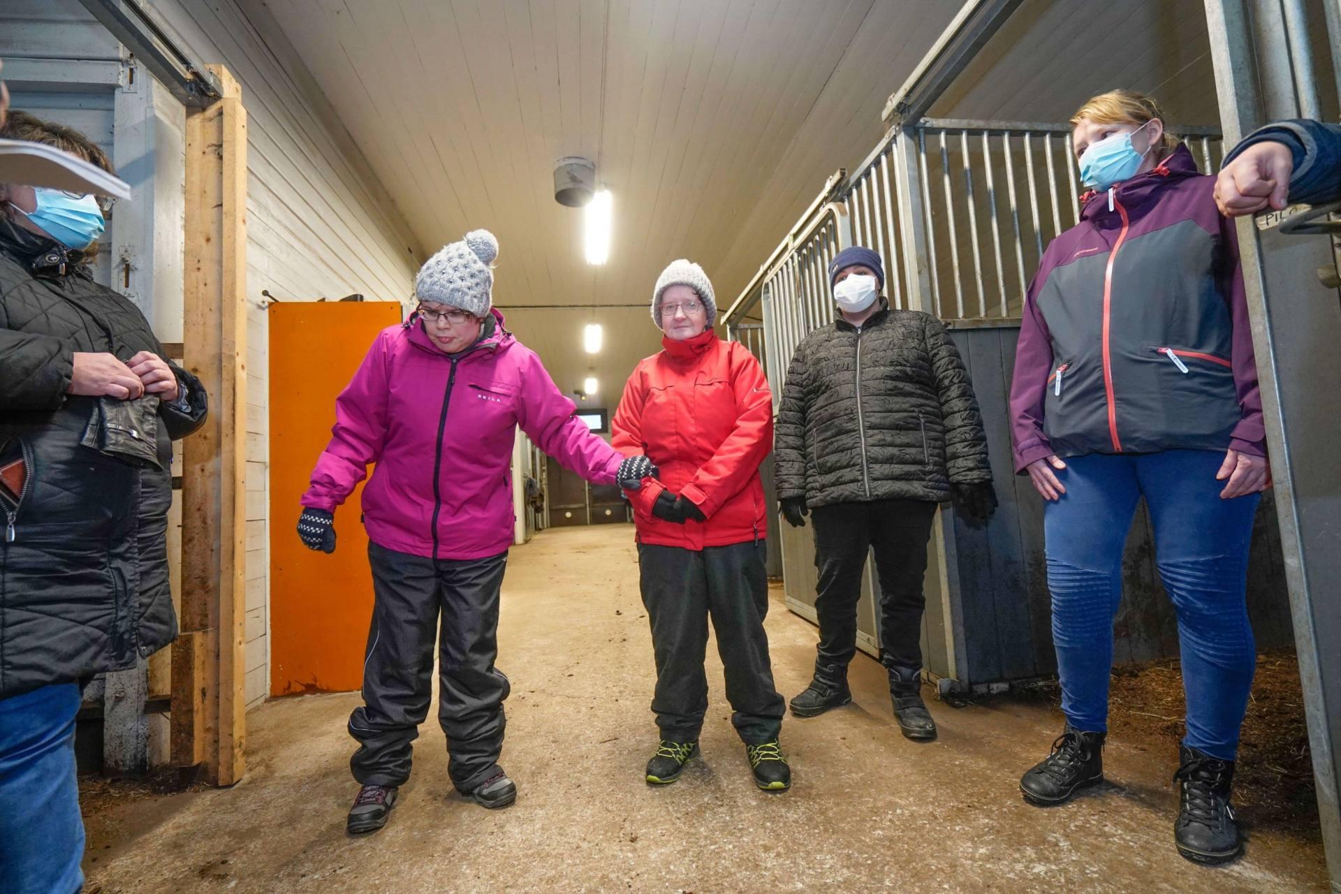 Tallipäivä alkaa. Kuvassa vasemmalla sosiaaliohjaaja Maarit Jansson, Eva-Stina Jansson, Liisa Niemi, Jasmine Pihlaja sekä lähihoitaja Sonja Timonen.